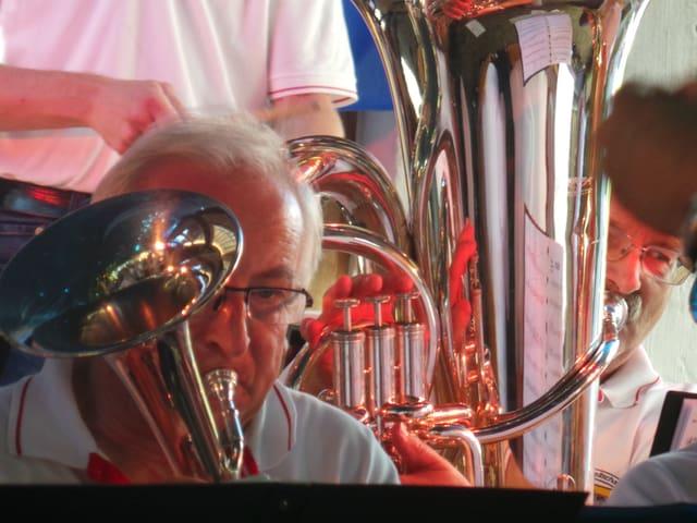 Bläser in Aktion im Orchester