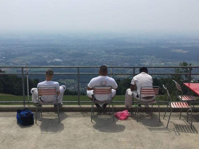 Männer auf Stühlen auf Terrasse