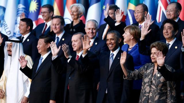 Ein paar der wichtigsten Wirtschaftsvertreter stehen zusammen und winken.