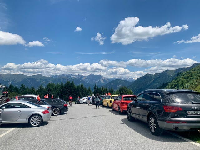 plis autos parcads, vista sur la muntognas