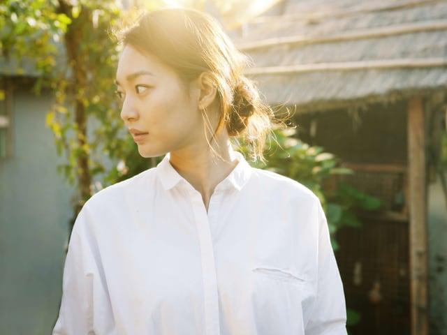 Teehaus-Besitzerin Gong Yoon-hee steht im Garten.