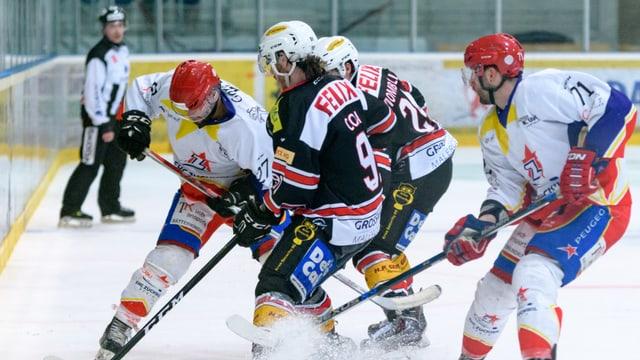 Eishockeyspieler kämpfen um den Puck