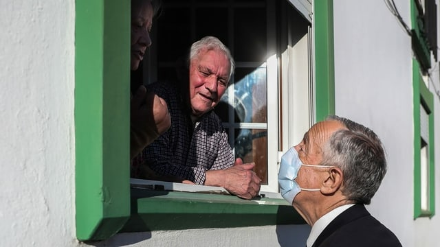 Marcelo Rebelo de Sousa spricht mit Einwohner, die am Fenster stehen