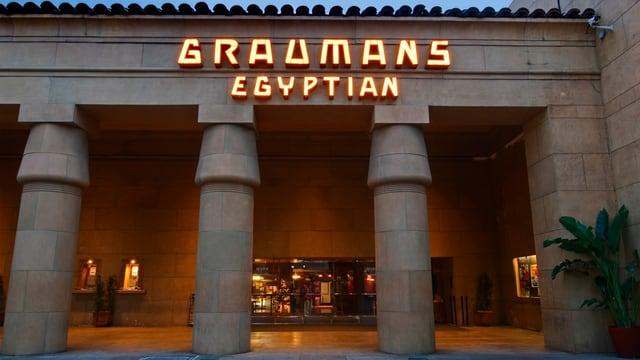 Eingang des Egyptian Cinema Theatre bei Nacht.