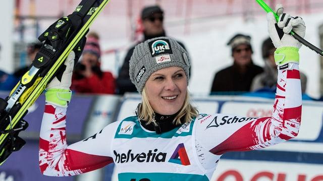 La skiunza Nicole Hosp cun ils skis enta maun.