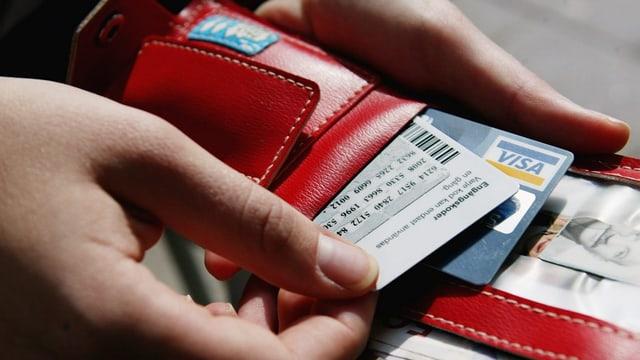 ina bursa cun cartas da credit