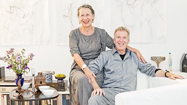 Anne-Dominique Hubert und Ulf Bolland auf ihrem Sofa.
