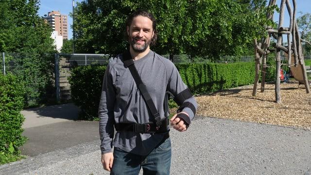 Bild von einem Mann mit eingebundenem Arm.