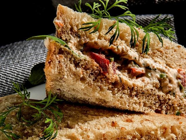 Thunfisch-Sandwich mit Tomate.