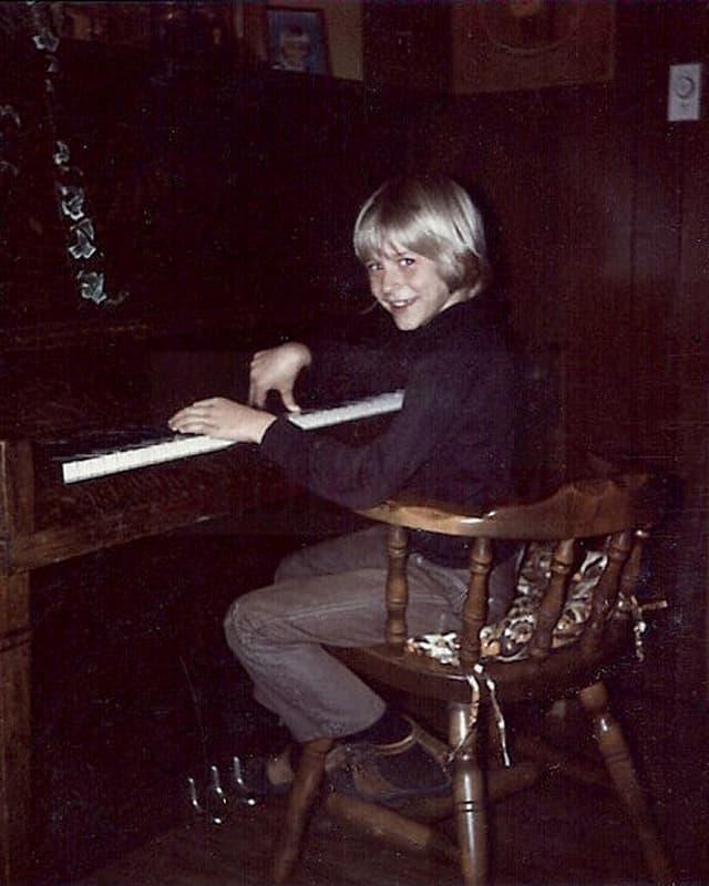 Der junge Kurt Cobain am Klavier