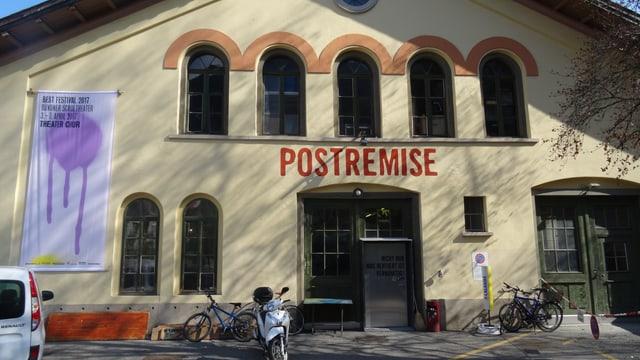 "Fotografia da la Postremise cun il placat dal festival ""Best""."