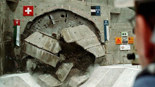 Tunnelbohrmaschine bricht durch Felsen