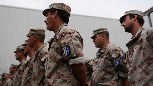 Schweizer Soldaten der Kosovo-Mission stehen bei einem Appell.