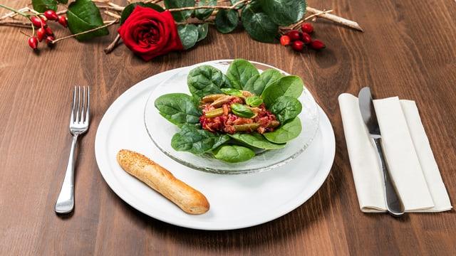Salatteller mit Brotstange.