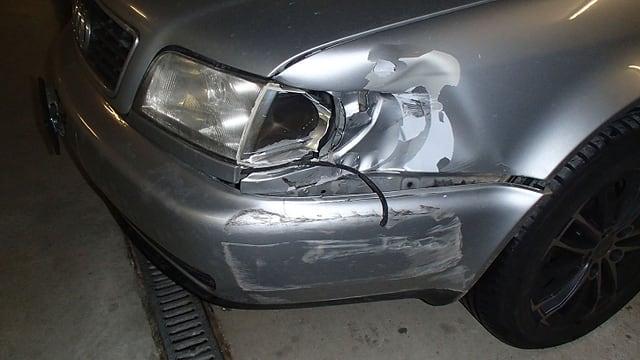 Das beschädigte Unfall-Fahrzeug von Birr. Der Audi hat eine eingedrückte Frontpartie.