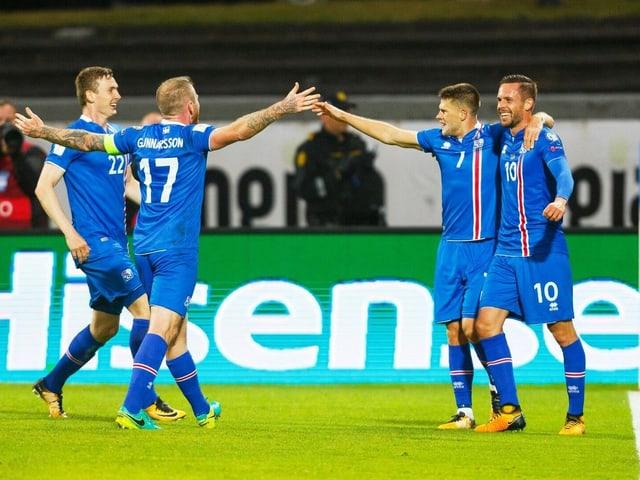 Isländische Spieler bejubeln einen Treffer.