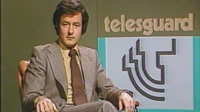 Ein Mann sitzt in einem Sessel - er ist Moderator der Sendung Telesguard