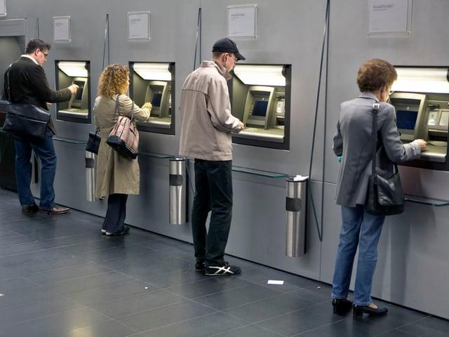 Persunas avant il bancomat: L'iniziativa per ina paja minimala senza cundiziuns vul dar a mintga burgais ina paja minimala, er sch'el na lavura betg.