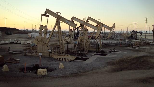 Mehrere Tiefpumpen auf einem kalifornischen Ölfeld.