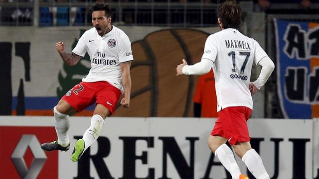 Ezequiel Lavezzi bejubelt mit Maxwell seinen Treffer zum 2:0 - und später auch den Meistertitel.