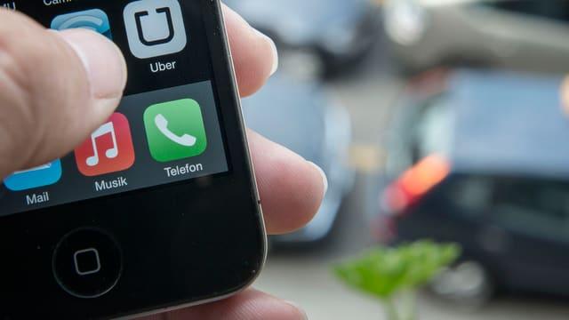 Ein Handy mit dem Uber-App.