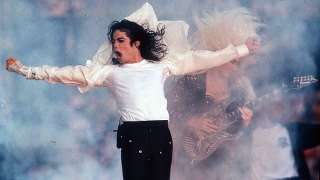 Michael Jackson auf der Bühne mit ausgestreckten Armen
