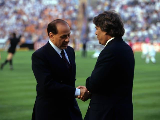 Silvio Berlusconi gib tBernard Tapie die Hand
