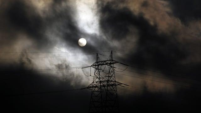 Strommasten im Mondschein.