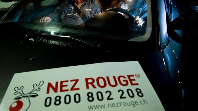 Bild von einem Nez-Rouge-Fahrzeug mit dem Aufkleber samt Telefonnummer.