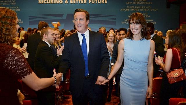 Applaus für Cameron mit Ehefrau Samantha auf dem Tory-Parteitag.