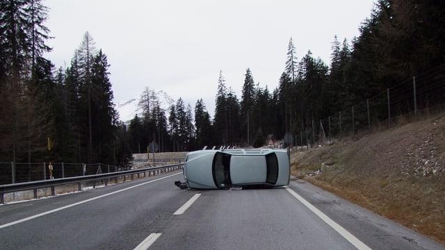 L'auto ha traversà la via, è charrà d'ina spunda siador e crudà enavos sin la via.
