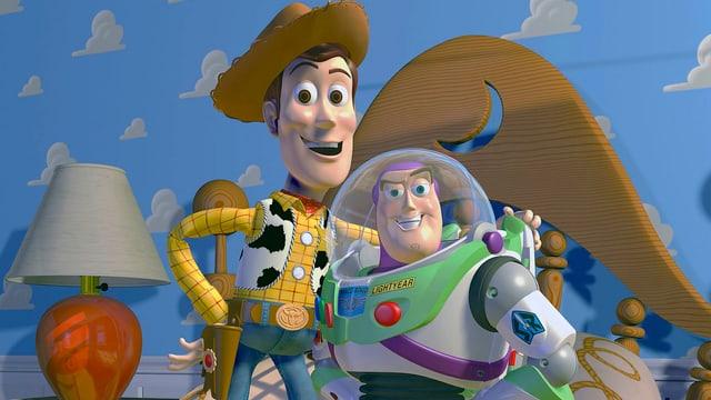 Zwei Figuren aus dem Film «Toy Story», ein Cowboy und ein Astronaut, posieren auf einem Kinderbett.