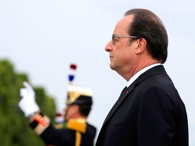 Frnçois Hollande im Profil. Andächtig.
