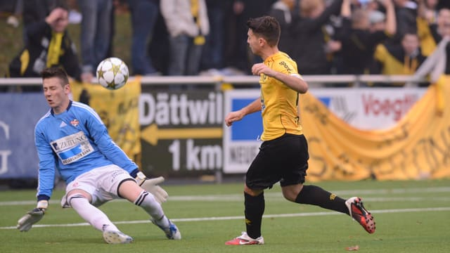 Ein FCB-Spieler erhält einen Ball an den Kopf.