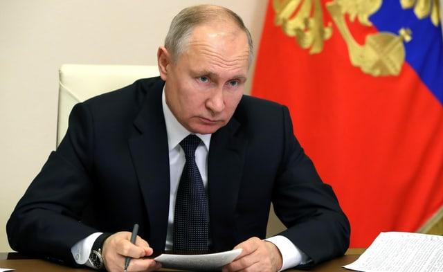 Putin haelt Unterlagen