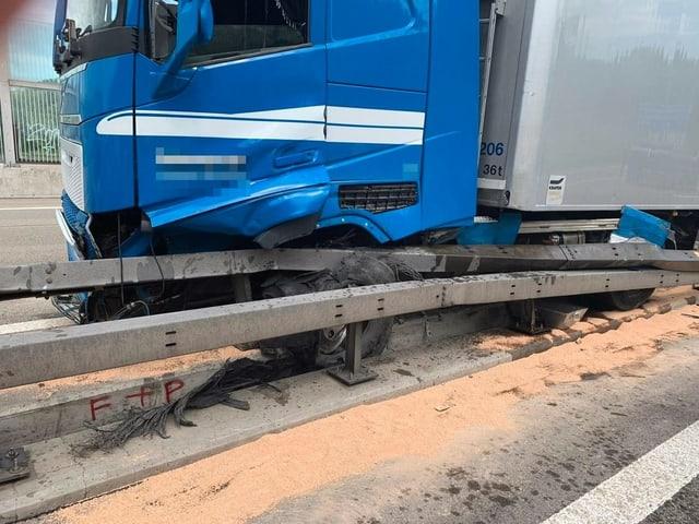 Lastwagen in Leitplanke