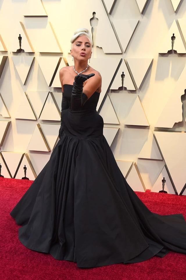 Lady in einer schwarzen Robe