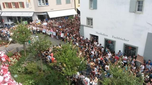 500 Schülerinnen und Schüler demonstrieren vor dem Baselbieter Regierungsgebäude