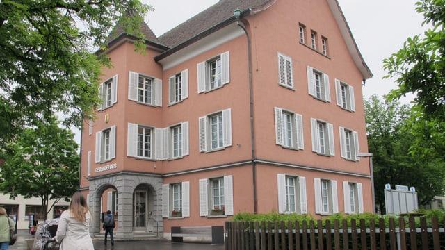 Das Gemeindehaus von Neuhausen: Hier brüten die Verantwortlichen über möglichen Lösungen gegen die Finanzprobleme.