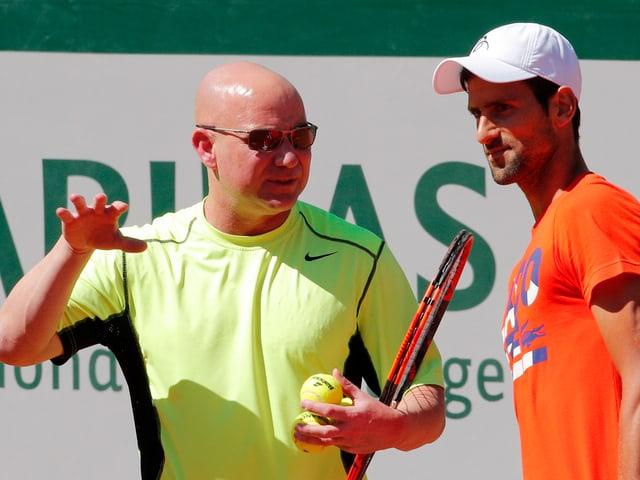 Andre Agassi im Gespräch mit Novak Djokovic.