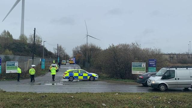 Polizisten sichern eine Zufahrtsstrasse bei Brstol.