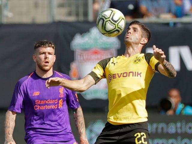 Pulisic nimmt den Ball vor Moreno mit der Brust an