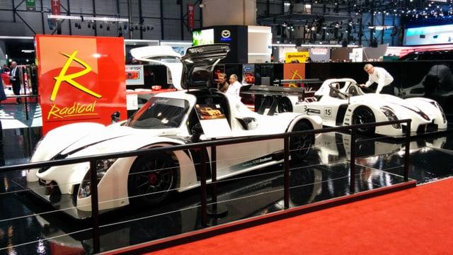 Dus autos alvs da Radical Sportscars sin il stan al salun d'autos a Genevra.