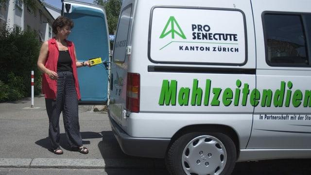 Fahrzeug des Pro Senectute-Mahlzeitendienstes in Zürich