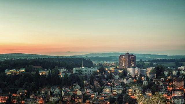 Kantonsspital Luzern von weitem im Sonnenuntergang