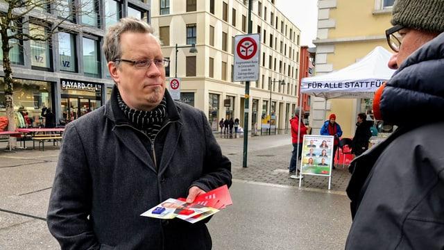Stefan Feldmann mit Kamppagnenmaterial