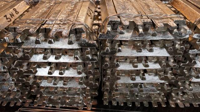 Aluminium-Barren in einem Lagerhaus