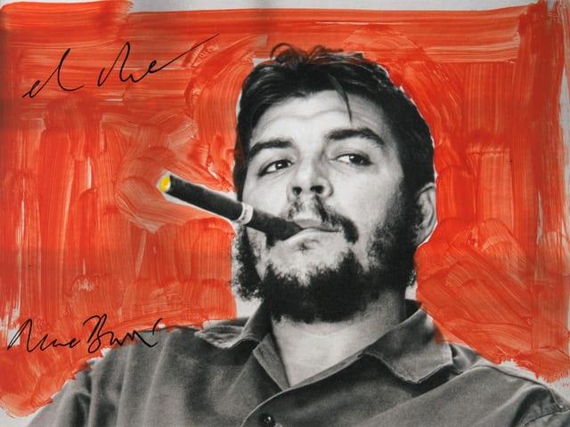 Ein Porträt von Che Guevara, er hat eine Zigarre im Mund.