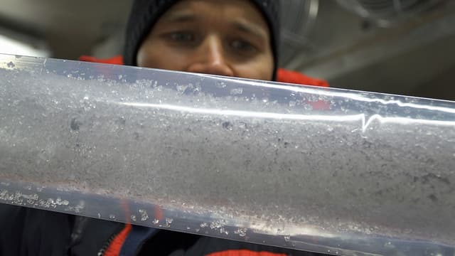 Michael Sigl zeigt einen Bohrkern aus dem Fiescherhorngletscher.