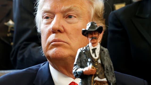 Trump, vor ihm eine Sheriff-Figur.